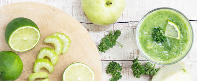 Selderiesteel, kalk, groene appel, guave met mes op wit hout Stock Foto