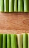 Selderiestelen tegen hout Stock Afbeelding