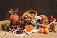 Seleção arranjada do suco natural, doce, doce de fruta - continente Imagens de Stock Royalty Free