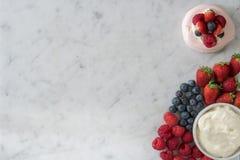 Seleção das bagas e do creme com merengue Imagem de Stock