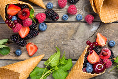 Seleção das bagas em cones de gelado - conceito saudável da sobremesa Imagens de Stock Royalty Free