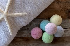 Seleção de bombas coloridas do banho na madeira resistida imagens de stock