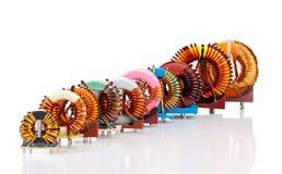 Seleção de dez várias bobinas de bloqueador Toroidal industriais fotografia de stock royalty free