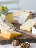 Seleção de queijos britânicos com biscoitos das nozes Imagem de Stock Royalty Free