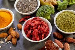 Seleção de superfoods nutritivos saudáveis Fotos de Stock Royalty Free