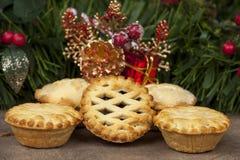 A seleção de tritura tortas com um fundo do Natal Imagem de Stock Royalty Free