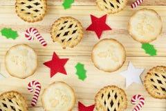 A seleção de tritura tortas e decorações do Natal Fotografia de Stock