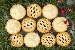 A seleção de tritura tortas em uma bandeja decorada para o Natal Fotos de Stock
