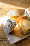 Seleção deliciosa caseiro do queijo da exploração agrícola fresca na placa rústica de madeira Imagem de Stock