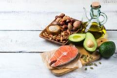 Seleção do alimento gordo saudável das fontes, conceito da vida imagens de stock royalty free