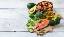 Seleção do alimento gordo saudável das fontes, conceito da vida imagens de stock