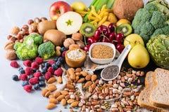 Seleção do alimento rico saudável do vegetariano das fontes da fibra para cozinhar imagens de stock royalty free