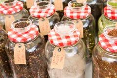 Seleção do chá natural fino nos vidros com tampas do metal Fotos de Stock Royalty Free