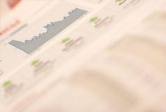 Seleção do dinheiro e do estoque no jornal Fotos de Stock Royalty Free