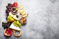 Seleção do queijo e dos aperitivos fotografia de stock royalty free