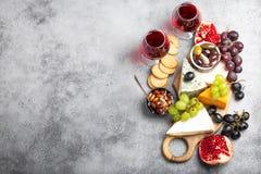 Seleção do queijo e dos aperitivos fotos de stock royalty free