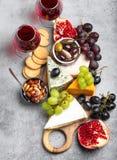 Seleção do queijo e dos aperitivos imagem de stock royalty free