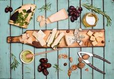 Seleção do queijo na placa rústica de madeira Bandeja do queijo com dif Fotos de Stock Royalty Free