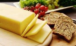 Seleção do queijo - produtos láteos orgânicos fotografia de stock