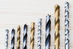 Seleção dos bocados de broca arranjados no tamanho de ascensão em de madeira Imagens de Stock