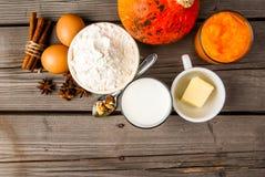 Seleção dos ingredientes para fazer um tarte de abóbora tradicional imagens de stock