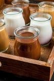 Seleção dos iogurtes ou das sobremesas na bandeja fotografia de stock