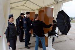 Seleção dos visitantes no salão de beleza internacional MAKS-2013 da aviação e do espaço O trabalho da polícia Fotos de Stock