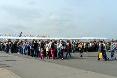 Seleção dos visitantes no salão de beleza internacional MAKS-2013 da aviação e do espaço O trabalho da polícia Imagens de Stock