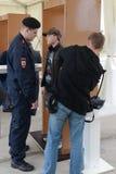 Seleção dos visitantes no salão de beleza internacional MAKS-2013 da aviação e do espaço O trabalho da polícia Foto de Stock