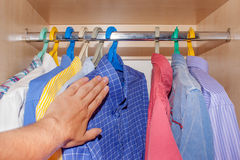 Selección de camisas en el armario Fotos de archivo libres de regalías