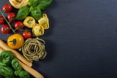 Selección de comida tipical italiana en fondo negro Imagen de archivo