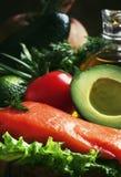 Selección de comidas y de grasas sanas: de color salmón, aguacate, tomates, lechuga, aceite de oliva, cebollas e hierbas, tabla d fotografía de archivo