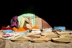 Selección de especias en un souk tradicional Imagen de archivo