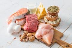 Selección de fuentes de la proteína en fondo de la cocina fotografía de archivo