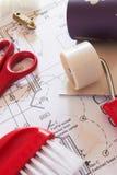Selección de herramientas de la ejecución del papel pintado en planes de la casa imágenes de archivo libres de regalías