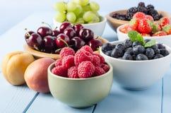 Selección de la cosecha de la fruta en cuencos Foto de archivo