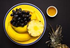 Selección de la fruta en la placa amarilla imagen de archivo libre de regalías