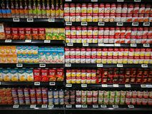 Selección de la sopa de la comida inmediata de supermercado gastrónomo Foto de archivo