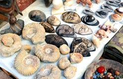 Selección de máscaras y de amonita principales en un mercado marroquí tradicional en Marrakesh, Marruecos Fotos de archivo libres de regalías