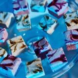 Selección de postres decorativos en la tabla de comida fría Fotografía de archivo libre de regalías