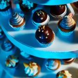 Selección de postres decorativos en la tabla de comida fría Imagen de archivo