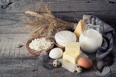 Selección de productos lácteos en bacground de madera rústico Foto de archivo libre de regalías