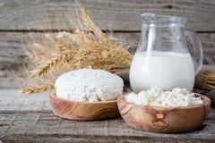 Selección de productos lácteos en bacground de madera rústico Imagen de archivo libre de regalías
