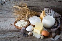 Selección de productos lácteos en bacground de madera rústico Imágenes de archivo libres de regalías