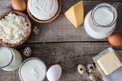 Selección de productos lácteos en bacground de madera rústico Fotografía de archivo libre de regalías