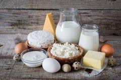 Selección de productos lácteos en bacground de madera rústico Fotos de archivo libres de regalías
