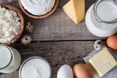 Selección de productos lácteos en bacground de madera rústico Imagenes de archivo