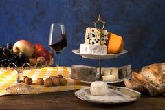 Selección de quesos, de fruta y de vino foto de archivo