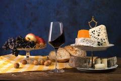 Selección de quesos, de fruta y de vino imagen de archivo