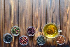 Selección de tés clasificados en pequeños cuencos transparentes en fondo natural foto de archivo libre de regalías